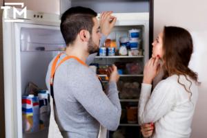 мастер объясняет как работает холодильник